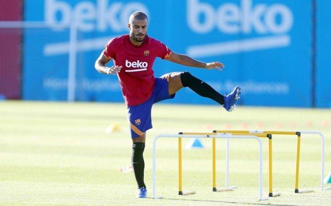 FECHADO - O Barcelona cedeu de graça o meia Rafinha ao PSG, pois  jogador não tinha espaço no elenco e ocupava o lugar de um estrangeiro no plantel.