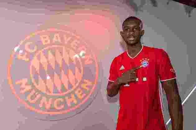 FECHADO - O Bayern de Munique anunciou Tanguy Kouassi como o primeiro reforço para a temporada 2021/2021. O jovem zagueiro de 18 anos saiu do Paris Saint-Germain após fim de contrato e firmou vínculo com os bávaros até 2024.