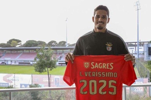 FECHADO - O Benfica anunciou a chegada do zagueiro Lucas Veríssimo, que estava no Santos. O brasileiro de 25 anos, que foi comprado por 6,5 milhões de euros (cerca de R$ 42 milhões), passou por exames médicos no clube português e assinou contrato até junho de 2025.