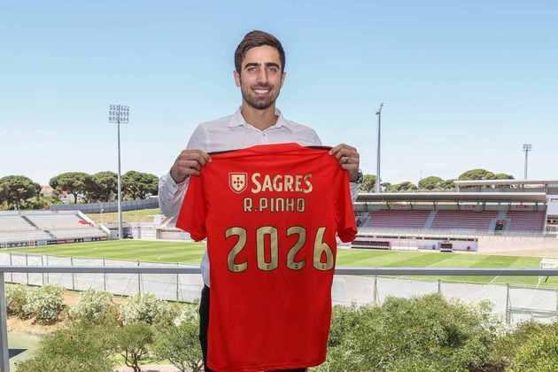 FECHADO - O Benfica anunciou a contratação do atacante brasileiro Rodrigo Pinho nesta quarta-feira. O centroavante assinou vínculo com a equipe dirigida por Jorge Jesus até 2026. O atlta de 30 anos esteve no Marítimo nos últimos quatro anos de sua carreira.