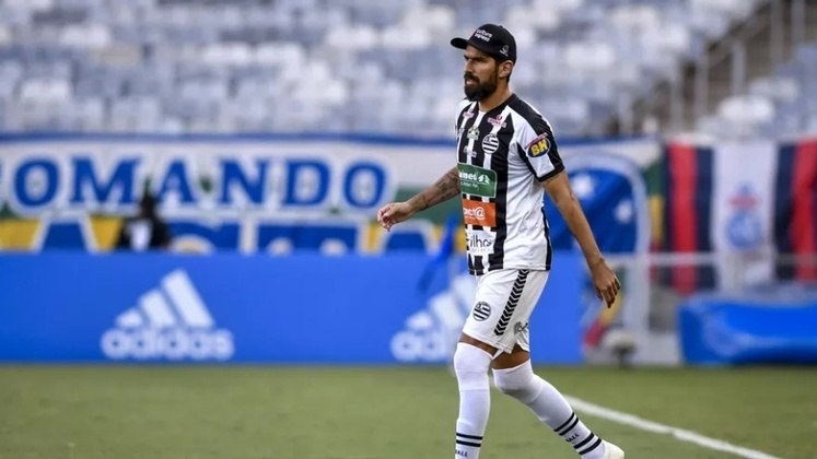 FECHADO - O centroavante uruguaio Loco Abreu, de 44 anos, se despediu dos companheiros de Athletic. Com a paralisação do Campeonato Mineiro por 15 dias, o jogador resolveu acelerar sua volta ao Uruguai. De acordo com a rádio