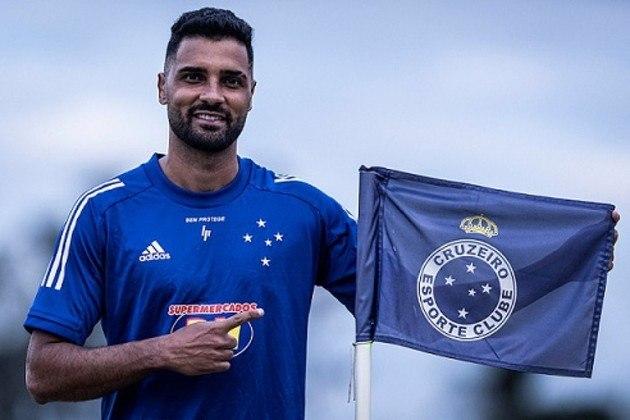 FECHADO - O Cruzeiro acertou a contratação do lateral-esquerdo Giovanni, que estava no Bahia. O atleta, de 31 anos, assina contrato com a Raposa até dezembro de 2021 e será mais um reforço para o técnico Enderson Moreira.