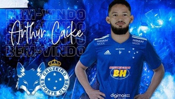 FECHADO - O Cruzeiro anunciou a contratação de um novo reforço para o ataque: o atacante Arthur Caíke, de 28 anos, que estava no Al Shabab, dos Emirados Árabes. Ele chega à Raposa por empréstimo. O jogador já está liberado para atuar pelo time celeste.