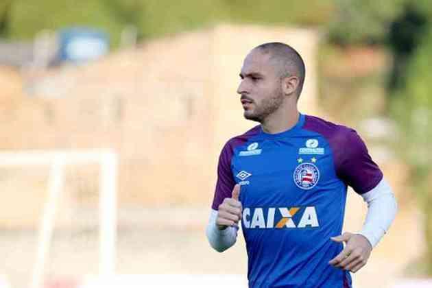 FECHADO - O Cruzeiro anunciou nesta sexta-feira, 1º de janeiro, que não irá renovar o contrato com o meia Régis, que venceu no dia 31 de dezembro. Assim, o jogador, que veio do Bahia, está livre para negociar com outro time. Seu acordo com o Tricolor Baiano também se encerrou no último dia do ano. .