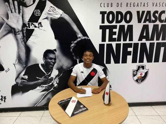 FECHADO - O Departamento de Futebol de Base do Vasco tem renovado o contrato de jogadores de diversas categorias ao longo dos últimos meses. Com isso, o zagueiro Lyncon, da equipe Sub-17, assinou um contrato profissional, nesta quarta-feira, até abril de 2025.
