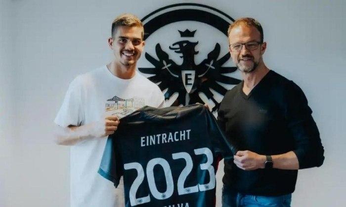 FECHADO: O Eintracht Frankfurt anunciou a contratação do português André Silva, de 24 anos. O português estava emprestado desde 2019, e assinou um contrato permanente até 30 de junho de 2023 com o clube da Baviera para disputar a Bundesliga desta nova temporada.