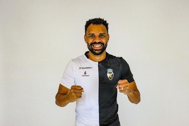 FECHADO - O Farense, de Portugal, anunciou na última sexta-feira a contratação de mais um reforço para a temporada 2021/2022. Trata-se do zagueiro Robson, de 27 anos, e que tem passagens pelo Bahia, Novorizontino, Botafogo-SP e clubes da Ásia, como o Esteghal, do Irã. Esta vai ser a segunda vez que o defensor irá atuar em solo lusitano, já que vestiu também as cores do Boavista. Com contrato assinado até o final da temporada, válido por um ano, Robson chega ao clube com o objetivo de levar o Farense de volta à elite do futebol português. A equipe acabou sendo rebaixada em 2020/2021 e atualmente disputa a segunda divisão, ou Liga Pro.