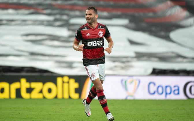 FECHADO - O Flamengo anunciou na tarde desta quinta-feira a renovação de contrato de Thiago Maia. O volante, que se recupera de uma lesão no joelho esquerdo, assinou contrato até junho de 2022, com opção de compra no mês de janeiro do mesmo ano. Ele pertence ao Lille, da França.