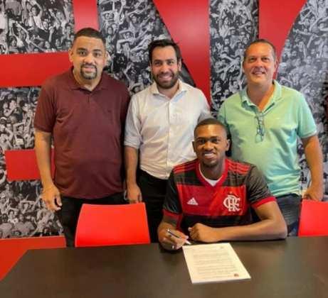 FECHADO - O Flamengo assinou a renovação de contrato de Otávio nesta quarta-feira. O jovem zagueiro estendeu o seu vínculo com o clube até dezembro de 2023 - o anterior expiraria em agosto de 2022. O zagueiro tem 18 anos e atua pela equipe sub-20 do Rubro-Negro, por onde já jogou nos profissionais, inclusive.