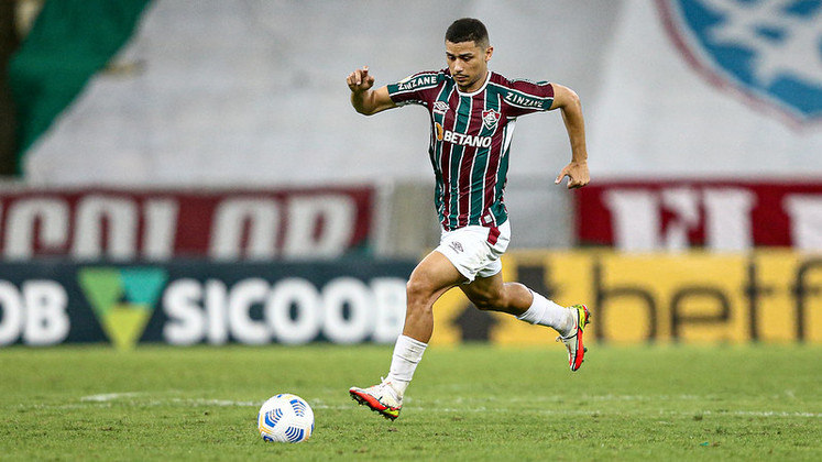 FECHADO - O Fluminense anunciou, na noite desta segunda-feira, a prorrogação do contrato do volante André até o fim de 2024. Revelado nas categorias de base do Tricolor, o jogador tinha vínculo até dezembro de 2023 e assinou a extensão do novo contrato, no CT Carlos Castilho.