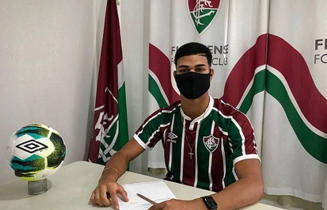 FECHADO - O Fluminense assinou o primeiro contrato de mais um jogador criado na base. Nesta terça-feira, o clube garantiu o vínculo com o centroavante Crysthyan Lucas, de 16 anos. O compromisso foi firmado até o fim de 2025 e tem multa rescisória chegando aos 50 milhões de euros (cerca de R$ 334 milhões na cotação atual).