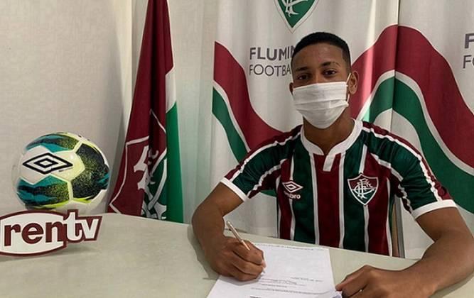 FECHADO - O Fluminense assinou o primeiro contrato profissional de mais um jogador de Xerém. No clube desde 2019, o atacante Cauã Silva, de 17 anos, acertou um vínculo até dezembro de 2024 e tem multa estabelecida em 50 milhões de euros (cerca de R$ 327 milhões na cotação atual).