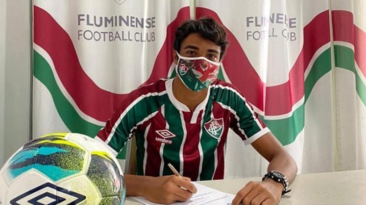 FECHADO - O Fluminense segue o projeto de assegurar contratos longos com os atletas criados no clube. Nesta segunda-feira foi a vez do volante Luis Fernando, de 16 anos, assinar o primeiro vínculo profissional com o Tricolor. O compromisso foi firmado até o fim de 2025 e tem multa rescisória chegando aos 50 milhões de euros (cerca de R$ 334 milhões na cotação atual).