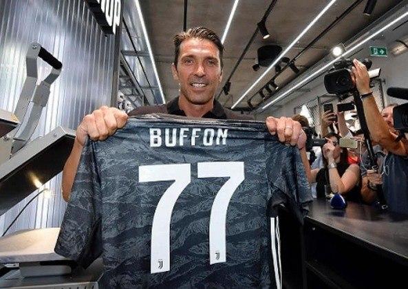 FECHADO - O goleiro Buffon renovou seu contrato com a Juventus por mais uma temporada. O anúncio foi feito nas redes sociais da Velha Senhora.
