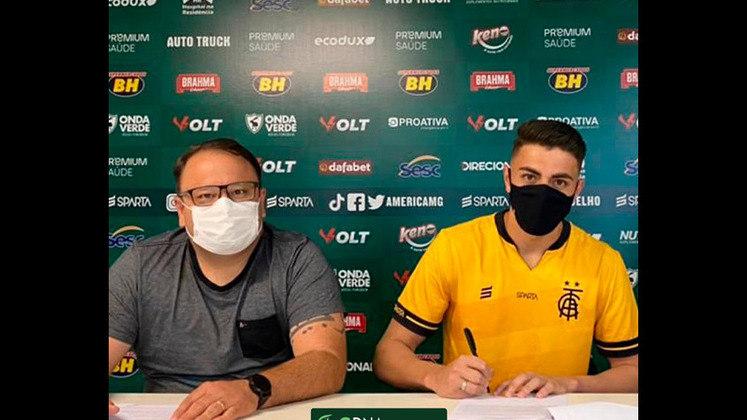 FECHADO - O goleiro Carlos, de 17 anos, destaque do Coelho na categoria Sub-17, assinou o primeiro contrato profissional com o América-MG.