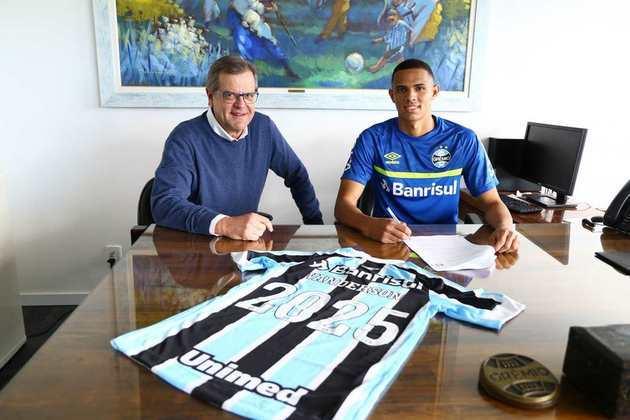 FECHADO - O Grêmio anunciou a renovação de contrato do lateral direito Wanderson até 2025. Ganhando cada vez mais destaque no elenco Tricolor, o jovem atleta ganhou uma multa recisória de 615 milhões de reais.