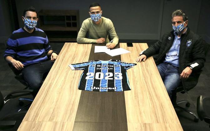 FECHADO - O Grêmio prolongou o contrato do meio-campista Darlan. Agora, o jogador tem acordo válido até dezembro de 2023 com um valor de multa rescisória no pomposo valor de 150 milhões de euros (cerca de R$ 918,7 milhões)