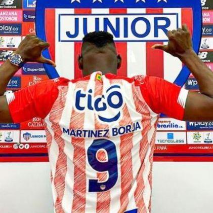 FECHADO - O Junior Barranquilla promete ser um dos times mais ativos no mercado de transferências e o sistema ofensivo é o seu principal alvo para contratar novas peças. Com a saída de Miguel Borja, a diretoria foi ao mercado encontrar soluções mais baratas ao seu orçamento e, por incrível que pareça, encontrou um xará do seu ex-camisa 9.  Através das redes sociais, Martínez Borja foi anunciado como novo centroavante da equipe para a próxima temporada.