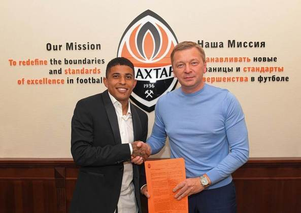 FECHADO - O lateral-direito Dodô, de 21 anos, renovou o contrato com o Shakhtar até agosto de 2025. O jogador, revelado pelo Coritiba, defende a equipe ucraniana desde 2018 e já conquistou quatro títulos com o time.