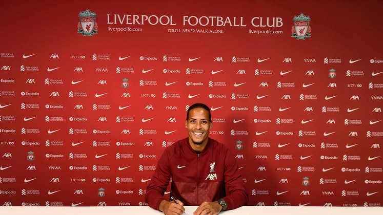 FECHADO - O Liverpool anunciou a renovação de contrato com o zagueiro Virgil van Dijk até 2025 nesta sexta-feira. Apesar de estar voltando após passar por uma cirurgia realizada em outubro de 2020 por conta do rompimento dos ligamentos do joelho direito, o atleta segue tendo a confiança de Jurgen Klopp.