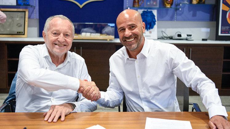 FECHADO - O Lyon anunciou a contratação de seu novo treinador. Trata-se do holandês Peter Bosz, de 57 anos, que estava sem clube desde que foi demitido do Bayer Leverkusen, em março. Ele terá contrato de duas temporadas, até junho de 2023.