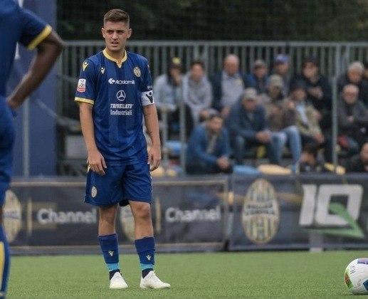FECHADO - O meia Lucas Martello, de 21 anos, deixou o Hellas Verona. Nesta temporada, o desafio do jogador será no Farense, que é da 2ª divisão do Campeonato Português. Com a chegada ao novo clube, os italianos permanecem com a porcentagem de 30% do passe do brasileiro em caso de uma futura venda.
