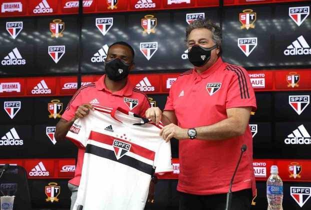 FECHADO - O meio-campista William foi apresentado na tarde desta quinta-feira (01), como novo jogador do São Paulo. Ele recebeu das mãos do presidente Julio Casares a camisa 17, que utilizará na temporada.