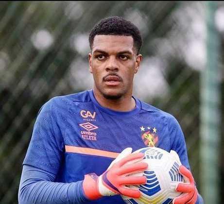 FECHADO - O mercado da bola está agitado pelos lados do Sport, que anunciou a contratação do goleiro Saulo, que estava no Botafogo-RJ. Aos 26 anos, o jogador assinou contrato até dezembro com a possibilidade de renovação ao término do acordo.