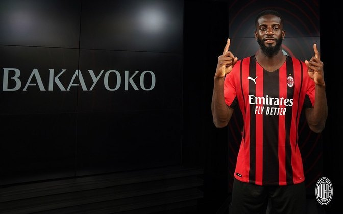 FECHADO - O Milananunciou nesta segunda-feira a contratação do volante Tiemoué Bakayoko, que pertence ao Chelsea e chega por empréstimo ao clube italiano. Esta será a segunda passagem do francês de 27 anos pelo time rubro-negro. A outra, também cedido pelos ingleses, foi na temporada 2018/19