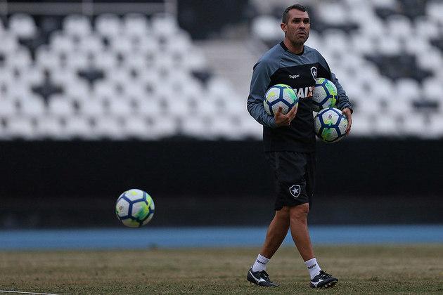 FECHADO - O novo treinador do Botafogo é Bruno Lazaroni. Auxiliar permanente da equipe, ele terá a primeira chance como treinador efetivado desde que chegou ao clube de General Severiano. Lazaroni já comanda a equipe contra o Fluminense, neste domingo, às 11h, pela 13ª rodada do Brasileirão.