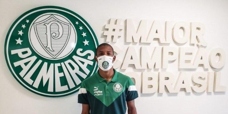 FECHADO: O Palmeiras anunciou nesta quinta-feira (10) a compra e a renovação de Danilo, volante que fez a estreia pelo clube na vitória sobre o Red Bull Bragantino, pelo Campeonato Brasileiro. O vínculo foi assinado até o fim de agosto de 2025.