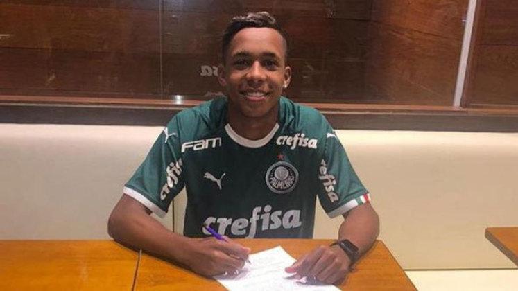 FECHADO - O Palmeiras contratou o atacante Kevin Lopes, de 17 anos, promessa do Desportivo Brasil para a base. No Alviverde Imponente, seu contrato será de empréstimo (cujo prazo não foi informado) com opção de compra. O vínculo do jogador com o Desportivo vai até 2024.