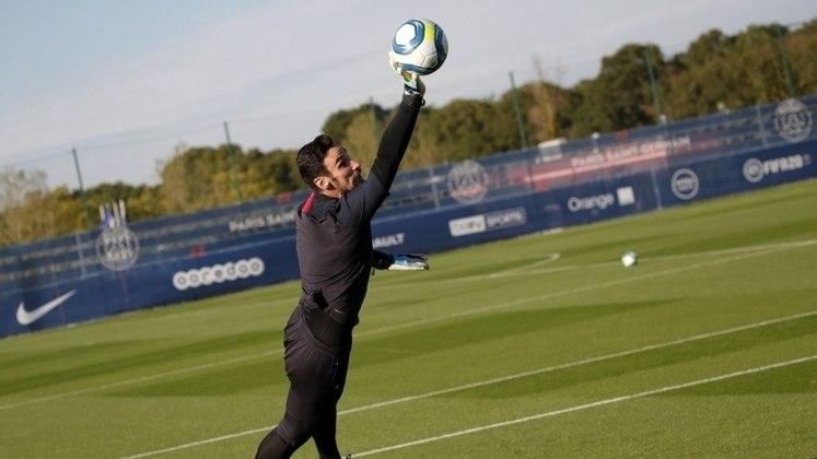FECHADO - O Paris Saint-Germain anunciou neste sábado a contratação em definitivo do goleiro Sergio Rico, de 27 anos. O espanhol estava emprestado pelo Sevilla na última temporada e assinou contrato até junho de 2024 com os parisienses.