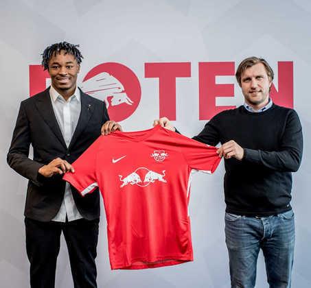 FECHADO - O RB Leipzig contratou o zagueiro Mohamed Sikaman, que estava no Strasbourg e chega com a missão de substituir Upamecano na zaga alemã. O Leipzig fez uma proposta de 15 milhões de euros por um contrato de cinco anos pelo zagueiro.