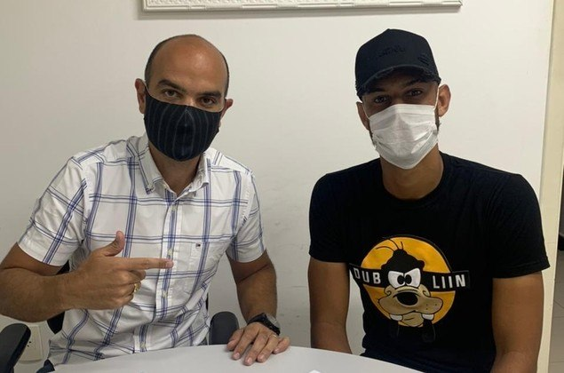 FECHADO - O Santos acertou a compra definitiva do zagueiro Robson Reis, que já estava no clube desde 2019, mas por empréstimo junto ao Vocem. O jovem, de 20 anos, já tem trabalhado com o elenco principal. O Peixe assinou um vínculo de três anos com o defensor.