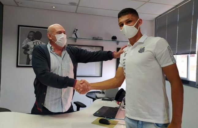 FECHADO - O Santos anunciou na tarde desta quarta-feira (19) d renovação de contrato com o zagueiro Jhonnathan Wagner. Cria da base do Peixe, o defensor assinou o novo vínculo válido até o dia 30 de abril de 2026. O acordo anterior tinha validade até setembro desta temporada.