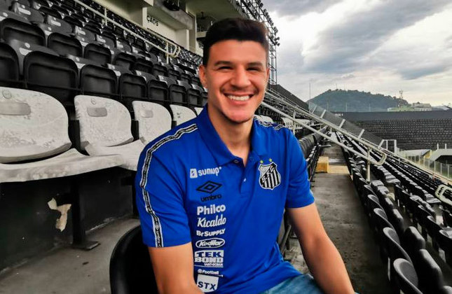 FECHADO -  O Santos anunciou nesta segunda-feira (16) a contratação do meia esquerdo Augusto, que tem vínculo com o Real Madrid, para o elenco profissional. O jogador, de 22 anos, esteve na Vila Belmiro com o presidente Andres Rueda para assinar o contrato de empréstimo até junho de 2022