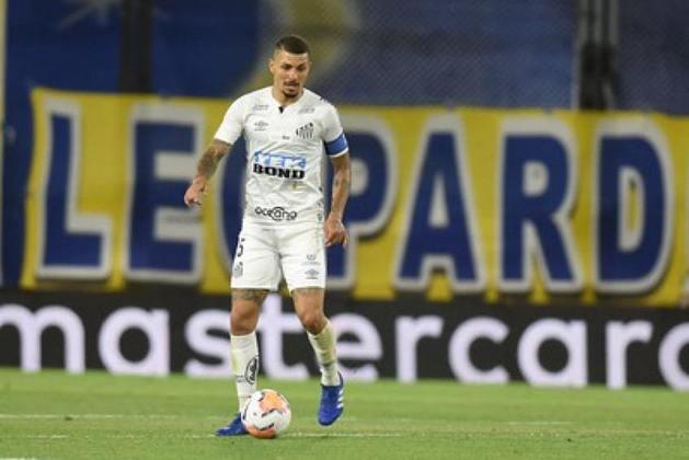 FECHADO - O Santos oficializou a transferência do volante Alison para o Al-Hazem, da Arábia Saudita. O clube saudita fez uma proposta de US$ 800 mil (cerca de R$ 4 milhões), que foi aceita pelo Alvinegro da Vila Belmiro e pelo jogador de 28 anos.