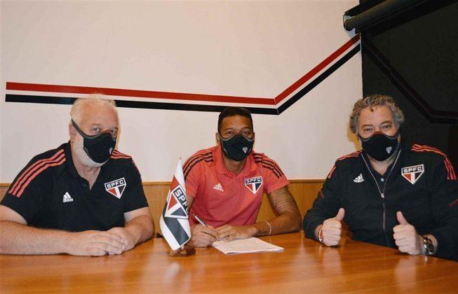 FECHADO - O São Paulo anunciou no começo da noite desta quarta-feira (14), a renovação de contrato do lateral-esquerdo Reinaldo por mais uma temporada. O vínculo do jogador, que ia até o final deste ano, foi estendido para o fim de 2022.   Vale ressaltar que o acordo foi prorrogado automaticamente devido a metas que o lateral atingiu em um contrato assinado em outubro de 2019, que venceria no final desta temporada.