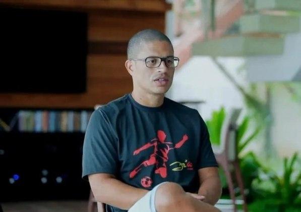 FECHADO - O São Paulo fechou a negociação para contratar o ex-meia Alex como técnico do Sub-20. Apenas alguns detalhes adiam o anúncio oficial do treinador, que deve começar os trabalhos em abril, com contrato de dois anos.