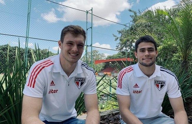 FECHADO: O São Paulo renovou os contratos dos goleiros Lucas Perri e Denis Júnior, ambos formados em Cotia. Os salários e o tempo de vínculo da dupla foram atualizados.Perri, 22 anos, tinha contrato até 30 de abril de 2022 e renovou até 31 de janeiro de 2023. Júnior, 21 anos, ficaria sem vínculo ao fim deste ano e ampliou seu compromisso até 30 de junho de 2022.