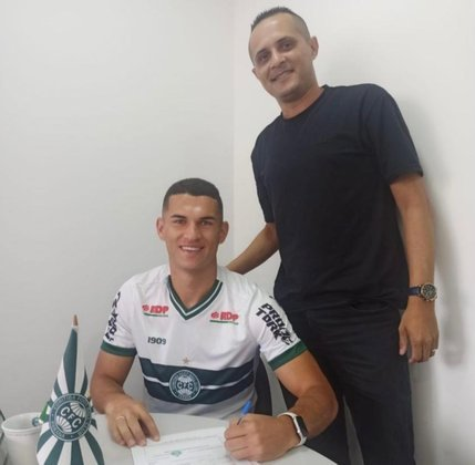FECHADO - O zagueiro Marcio Silva renovou nesta sexta-feira (8) o vínculo com o Coritiba. O atleta, que participou do título inédito da Copa do Brasil sub-20, tinha vínculo com o Coxa até 2023 e com o novo contrato segue no clube até agosto de 2025.