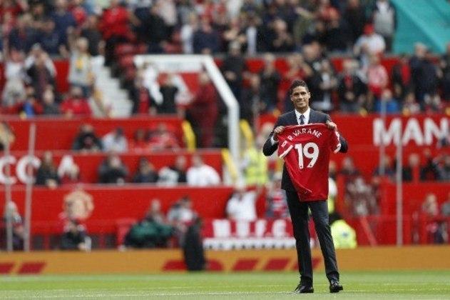 FECHADO - O zagueiro Raphael Varane foi anunciado como novo reforço do Manchester United neste sábado e assinou contrato até 2025. O defensor de 28 anos também foi apresentado diante da torcida dos Diabos Vermelhos no Old Trafford minutos antes da partida contra o Leeds iniciar.