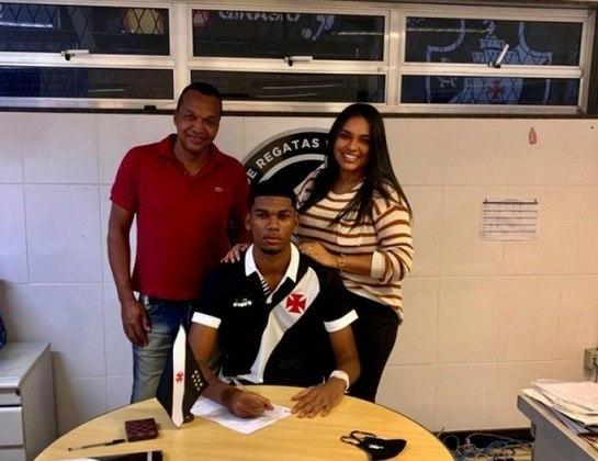 FECHADO - Outro que teve sua renovação confirmada é o zagueiro Eric Pimentel. capitão do time sub-17. Este assinou o primeiro vínculo profissional com o Cruz-Maltino. A duração de seu contrato não foi revelada.