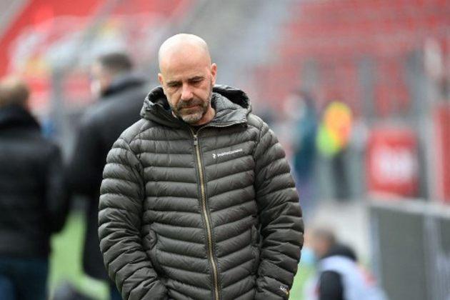 FECHADO - Peter Bosz não é mais o treinador do Bayer Leverkusen. O holandês não resistiu à derrota por 3 a 0 para o Hertha Berlin. Em seu lugar, Hannes Wolf ficará até o final da temporada.