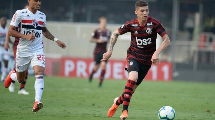 FECHADO - Quem também teve seu contrato reativado pelo Flamengo no Boletim Informativo Diário (BID) da Confederação Brasileira de Futebol (CBF) foi Ronaldo. Contudo, ele tem a sua permanência incerta e, a princípio, tende a ser negociado - consequentemente, não defenderá o Fla neste início do Carioca. O meio-campista de 24 anos estava emprestado ao Bahia, onde atuou em 52 jogos, de 2019 a 2021.