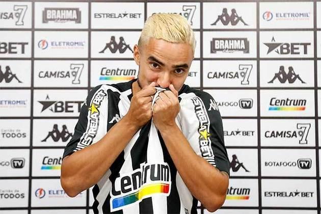 FECHADO - Rafael chegou. O novo dono da lateral direita do Botafogo foi apresentado nesta terça-feira, no Estádio Nilton Santos