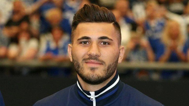 FECHADO - Sead Kolasinac acertou o seu retorno ao Schalke 04. Nesta quinta-feira, a equipe alemã anunciou a contratação do lateral-esquerdo, que chega de empréstimo do Arsenal até junho de 2022.