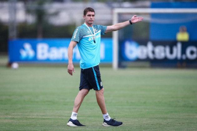 FECHADO - Sem oficializar a chegada do especulado Luiz Felipe Scolari ou de outro nome para ocupar o cargo de técnico do Grêmio, a diretoria determinou, via comunicado publicado no site oficial, que Thiago Gomes será o treinador interino da equipe nos próximos compromissos.