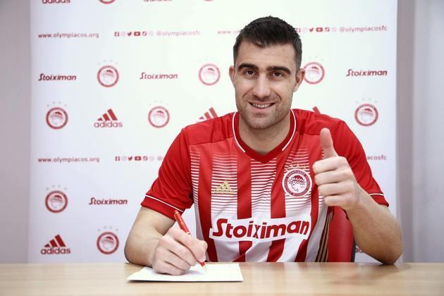 FECHADO - Sokratis Papastathopoulos fechou a sua ida ao Olympiakos até 2023 após rescindir o seu contrato com o Arsenal no começo do ano.